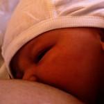 赤ちゃんの夜中の授乳は必須?いつまで続けるの?