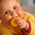 赤ちゃんが口になんでも入れる!やめさせなくても大丈夫なの?